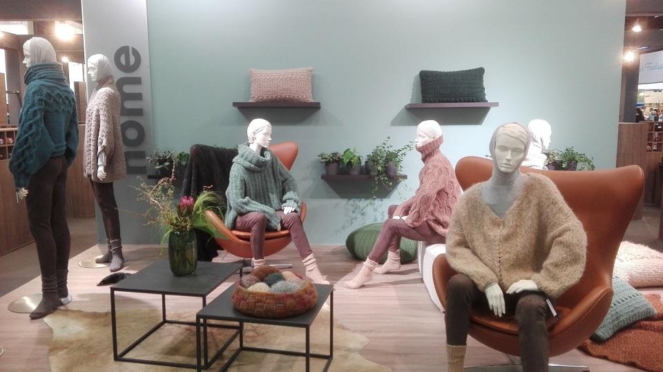 Prezentace svetrů a bytových doplňků z kvalitních přízí představených na veletrhu v Kolíně na Rýnem