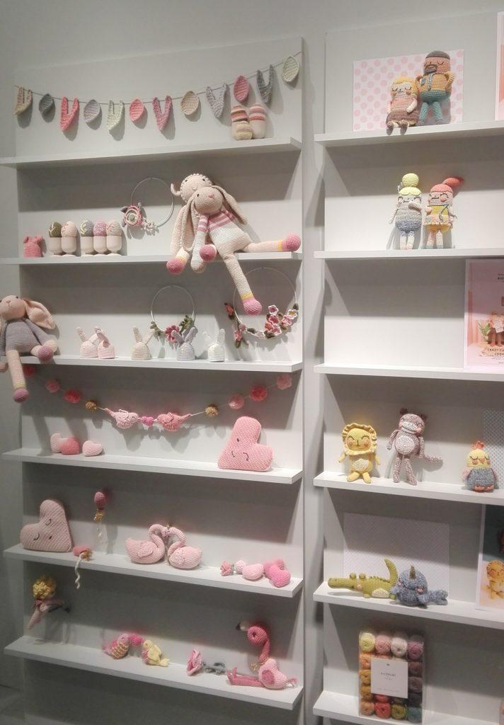 Pastelové barvy bavlněných a dětských přízí vystavené na veletrhu