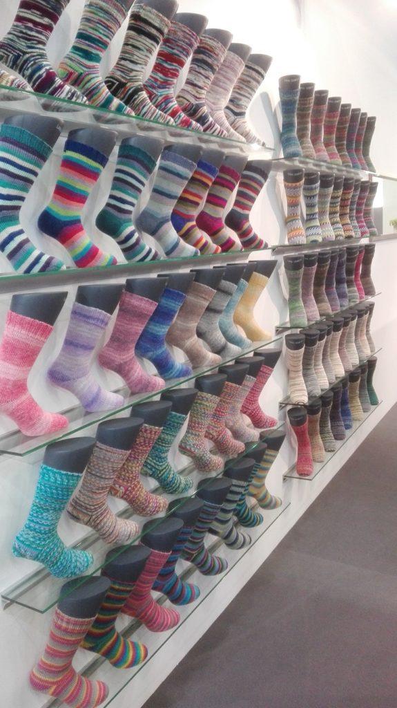 Galerie barevných pletených ponožek vystavených na veletrhu v Kolíně nad Rýnem
