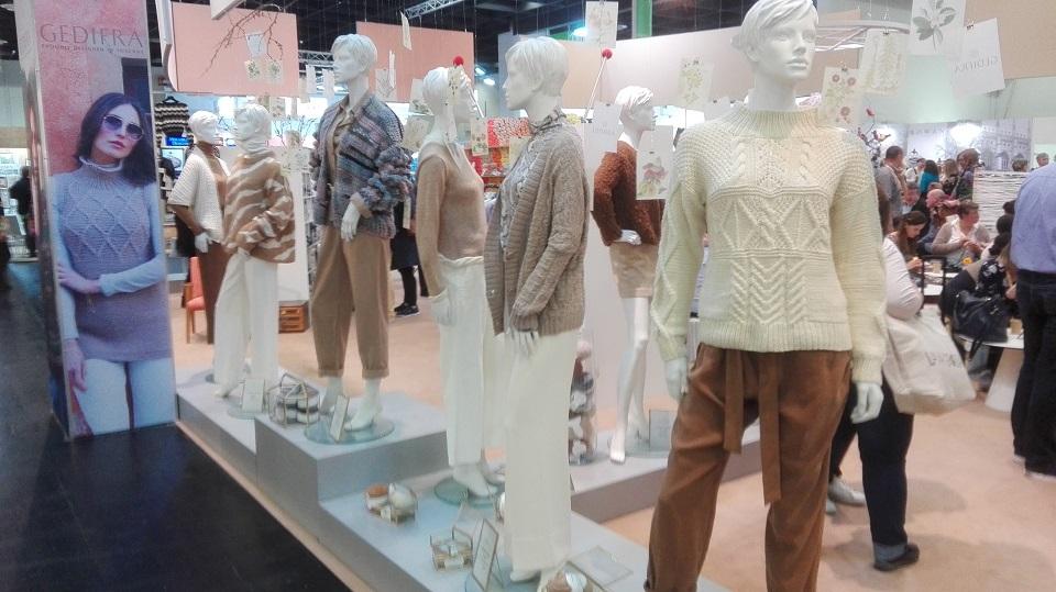 Stánky z veletrhu s pletenými a háčkovanými modely